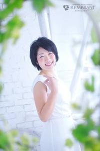 坪内薫さん白いワンピース